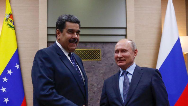 El presidente ruso Vladimir Putin da la mano a su homólogo venezolano Nicolás Maduro durante una reunión en la residencia estatal de Novo-Ogaryovo, en las afueras de Moscú, el 5 de diciembre de 2018. (MAXIM SHEMETOV/AFP/Getty Images)