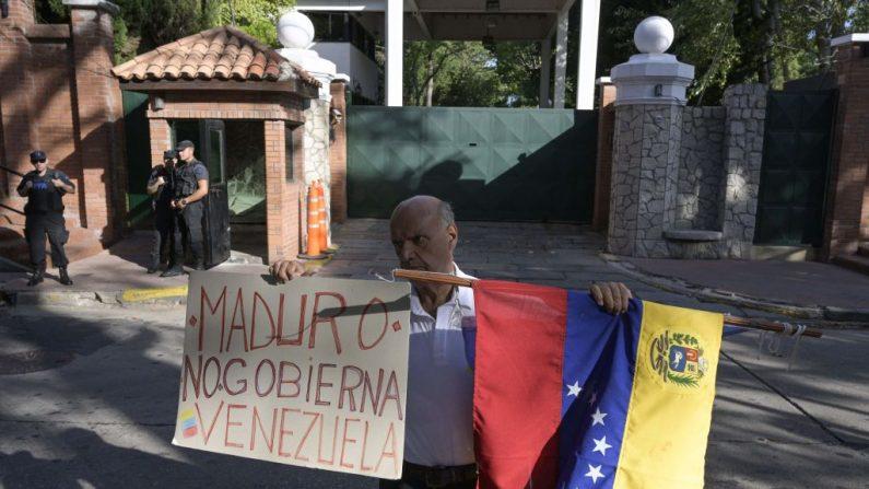 Un venezolano residente en Argentina sostiene una pancarta frente a la residencia presidencial de Olivos en Buenos Aires el 1 de marzo de 2019. (JUAN MABROMATA/AFP/Getty Images)