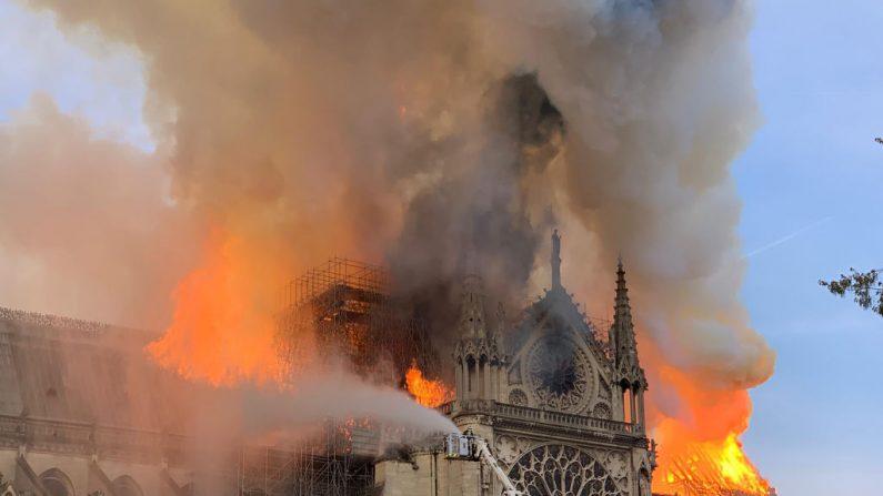 Las llamas y el humo se ven sobre el techo de la Catedral Notre-Dame de París el 15 de abril de 2019. Foto de PATRICK ANIDJAR/AFP/Getty Images.