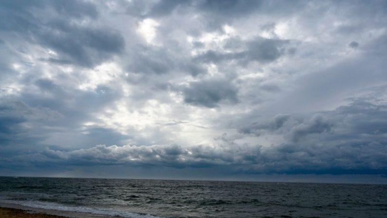 Las nubes se reúnen en Race Point Beach el 15 de abril de 2019 cerca de Provincetown, Massachusetts. Desde esta costa hacia el interior, bajo el mar hay un extenso acuífero de agua dulce. Esta playa es un lugar popular para que los amantes de las ballenas pasen el tiempo intentando ver la ballena franca del Atlántico Norte. (DON EMMERT/AFP/Getty Images)