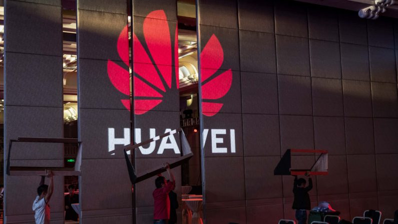 Trabajadores se preparan para la Cumbre Global de Analistas de Huawei HAS2019 en Shenzhen, China, el 16 de abril de 2019. (Billy H.C. Kwok/Getty Images)