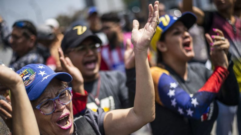 Manifestantes venezolanos durante una protesta contra el régimen de Nicolás Maduro en Lima, Perú, el 30 de abril de 2019. (ERNESTO BENAVIDES/AFP/Getty Images)