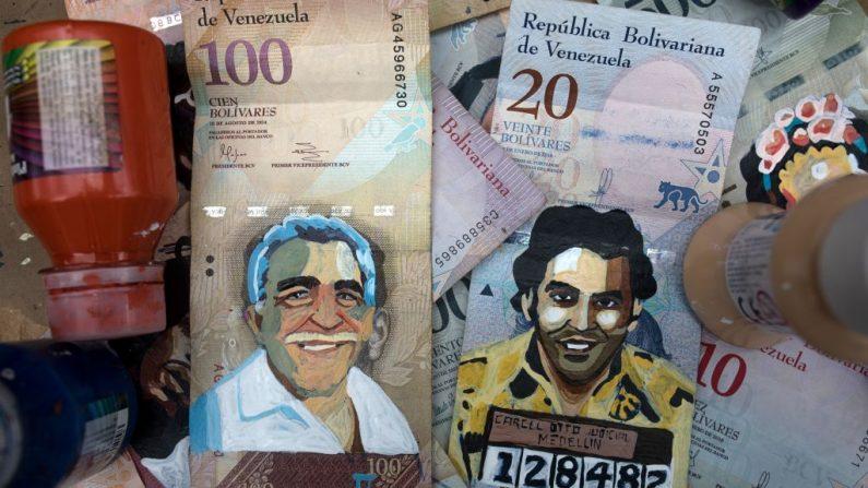 Los devaluados billetes venezolanos pintados con caricaturas se exhiben a la venta en una calle de Bogotá, Colombia, el 3 de mayo de 2019. (IVAN VALENCIA/AFP/Getty Images)