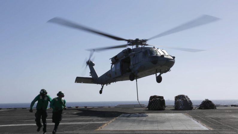 Cubierta de vuelo del portaaviones estadounidense USS Abraham Lincoln en el Mar Arábigo, el 19 de mayo de 2019. (Garrett LaBarge/ US Navy/Folleto a través de Reuters)