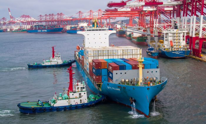 Un buque portacontenedores atracando en el puerto de Qingdao, en la provincia china de Shandong oriental, el 17 de mayo de 2019. (STR/AFP/Getty Images)