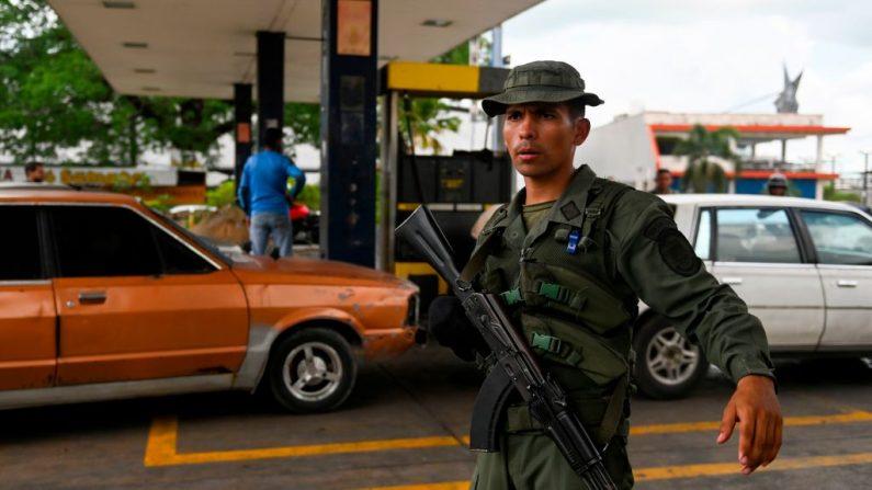 Una Guardia Nacional venezolano hace guardia en una gasolinera de la ciudad de Acarigua, en el estado venezolano de Portuguesa, el 25 de mayo de 2019. (MARVIN RECINOS/AFP/Getty Images)