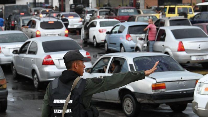 Los autos hacen cola para llenar sus tanques de gasolina en una gasolinera en Valencia, Estado Carabobo, Venezuela, el 25 de mayo de 2019. (MARVIN RECINOS/AFP/Getty Images)