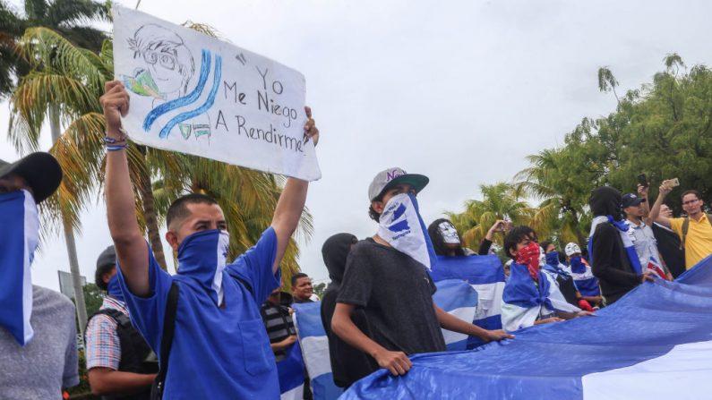 Manifestantes contra el régimen de Daniel Ortega se protestan en la Catedral Metropolitana durante una protesta en Managua, Nicaragua el 26 de mayo de 2019. (MAYNOR VALENZUELA/AFP/Getty Images)
