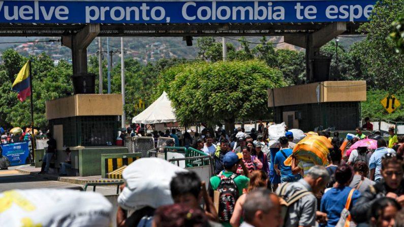 La gente cruza el puente internacional Simón Bolívar desde Cúcuta en Colombia hasta San Antonio del Táchira en Venezuela, el 20 de mayo de 2019. (RONALDO SCHEMIDT/AFP/Getty Images)