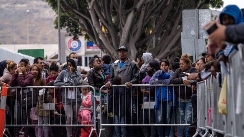 Los solicitantes de asilo hacen cola para un turno para una cita de asilo con las autoridades de los EE. UU. En el puerto de El Chaparral, Estados Unidos y México, en Tijuana, estado de Baja California, México, el 31 de mayo de 2019. (GUILLERMO ARIAS / AFP / Getty Images)