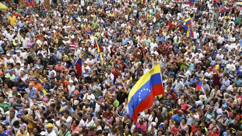 Venezolanos participan de un acto junto al presidente encargado de Venezuela Juan Guaidó, en Socopo, Estado Barinas, Venezuela, el 1 de junio de 2019. (YURI CORTEZ/AFP/Getty Images)