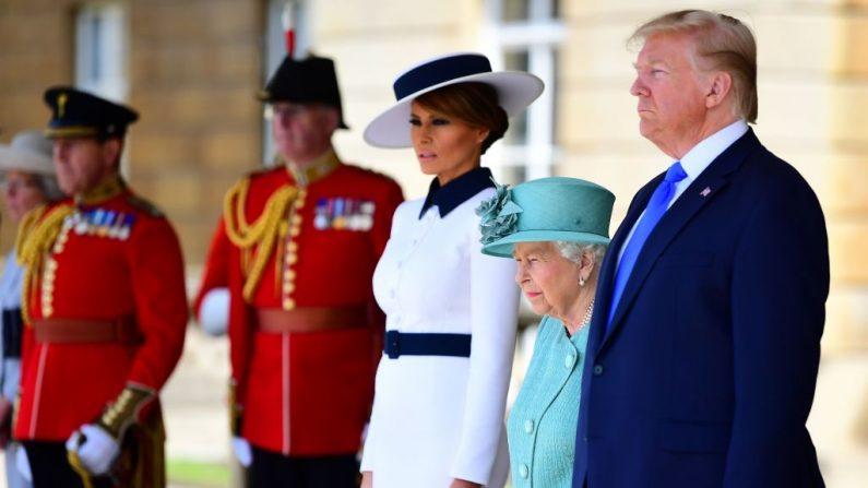 La Reina Isabel II de Gran Bretaña con el Presidente de los Estados Unidos Donald Trump y la Primera Dama de los Estados Unidos Melania Trump durante una ceremonia de bienvenida en el Palacio de Buckingham en el centro de Londres el 3 de junio de 2019, en el primer día de la Visita de Estado del Presidente de los Estados Unidos y de la Primera Dama al Reino Unido. (JONES/AFP/Getty Images)