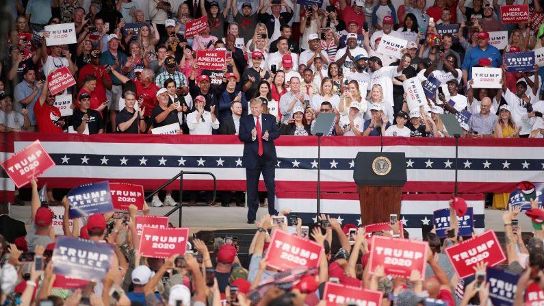 El presidente de los Estados Unidos Donald Trump llega a un mitin en el Anfiteatro Aaron Bessant el 8 de mayo de 2019 en Panama City Beach, Florida. (Crédito: Scott Olson/Getty Images)