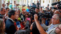 Venezuela: escudo humano de diputados logra que periodistas vuelvan a entrar al Parlamento