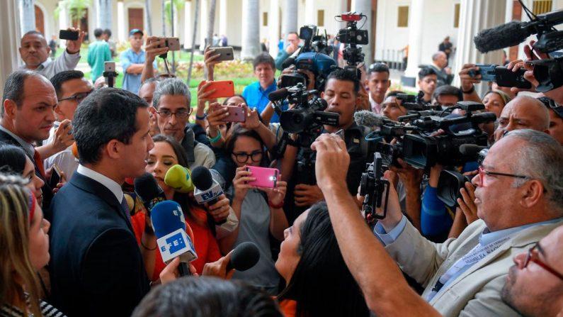 El presidente interino Juan Guaido (izq.) habla durante una conferencia de prensa ante una sesión de la Asamblea Nacional de Venezuela en Caracas el 4 de junio de 2019. (FEDERICO PARRA/AFP/Getty Images)