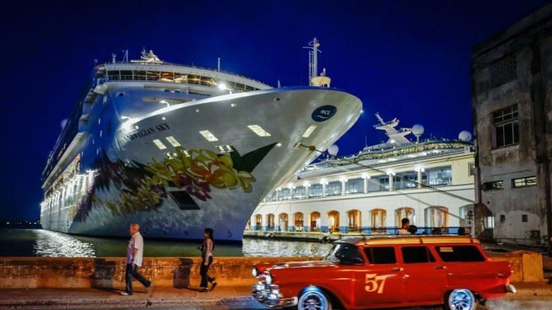 """Un viejo coche americano pasa junto al """"Empress of the Seas"""", un barco con bandera de Bahamas propiedad del US Royal Caribbean que se convirtió en el último crucero de una compañía estadounidense en tocar el puerto cubano tras las nuevas sanciones estadounidenses contra la isla, en la terminal de cruceros de La Habana, el 5 de junio de 2019. (ADALBERTO ROQUE/AFP/Getty Images)"""