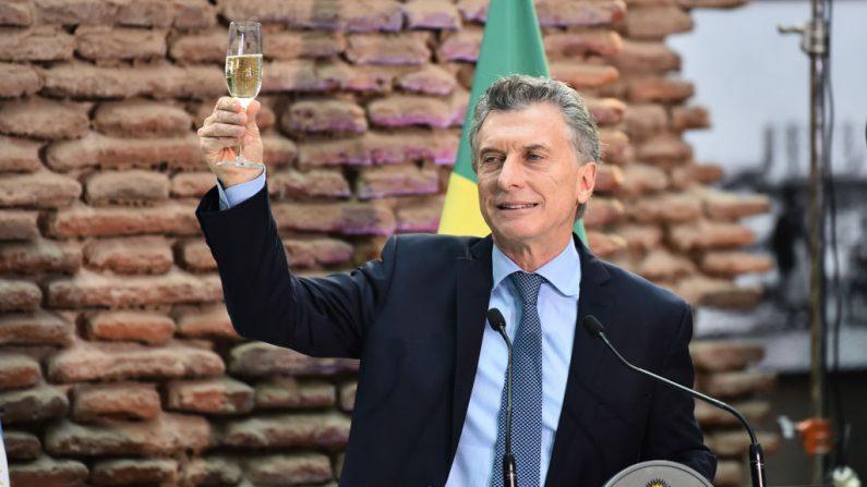 El Presidente de Argentina Mauricio Macri brinda durante la primera Visita de Estado del Presidente de Brasil Jair Bolsonaro a Argentina en el Museo Casa Rosada el 6 de junio de 2019 en Buenos Aires, Argentina. (Amilcar Orfali/Getty Images)