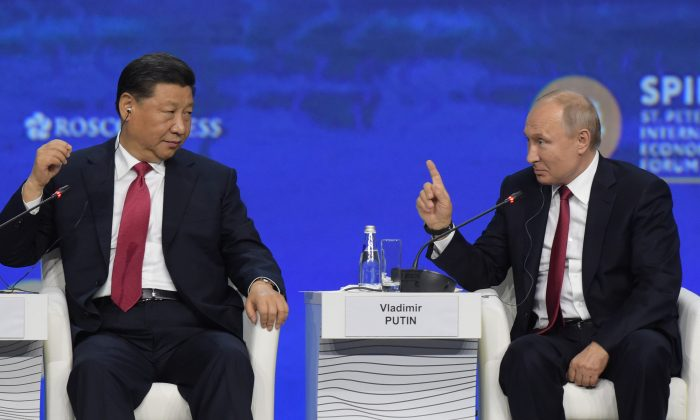 El presidente ruso Vladimir Putin y el mandatario chino Xi Jinping asisten a una sesión plenaria del Foro Económico Internacional de San Petersburgo (SPIEF) en San Petersburgo, el 7 de junio de 2019. (OLGA MALTSEVA/AFP/Getty Images)