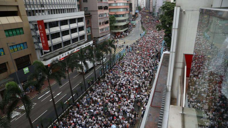 Cientos de miles de manifestantes marchan elel 9 de junio de 2019 por una calle de Hong Kong durante una manifestación contra una controvertida propuesta de ley de extradición a China. En la misma fecha se congregaron una gran multitud de protestas en distintos sectores. (Dale DE LA REY / AFP/Getty Images)
