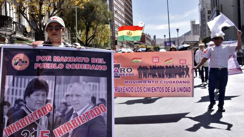 Manifestantes de la oposición marchan para exigir la renuncia de los miembros vocales del Tribunal Supremo Electoral y el respeto al referéndum de 2016 que negó al presidente Evo Morales su intento de asegurar el apoyo público para eliminar los límites de la reelección, en La Paz el 10 de junio de 2019. (AIZAR RALDES/AFP/Getty Images)