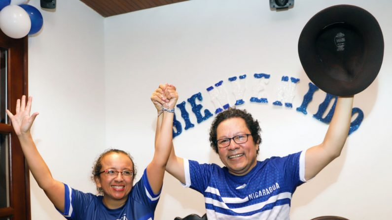 Los periodistas Lucía Pineda (izq.) y Miguel Mora celebran su liberación tras pasar casi seis meses en la cárcel de Managua el 11 de junio de 2019. (MAYNOR VALENZUELA/AFP/Getty Images)