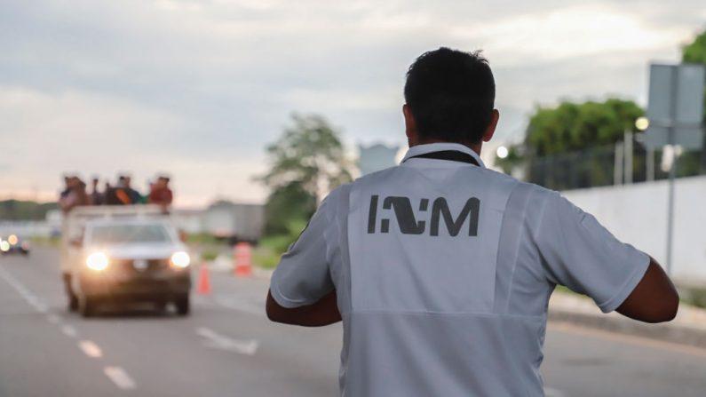 Un agente de migración mexicano se para en un puesto de control para pedir documentos a los usuarios del transporte público en las afueras de Tapachula, Estado de Chiapas, México, el 12 de junio de 2019.   (QUETZALLI BLANCO/AFP/Getty Images)