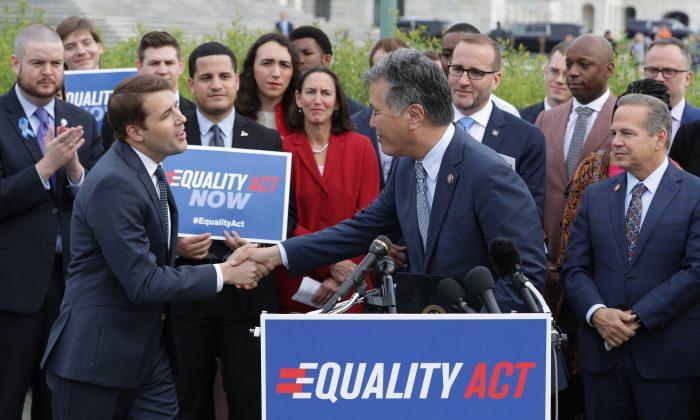 El representante demócrata por California, Mark Takano, (Centro) da la bienvenida al representante demócrata por Nuevo Hampshire, Chris Pappas, (Izq.) al atril durante un acto y una conferencia de prensa con el representante demócrata por Rhode Island, David Cicilline (Der.) y líderes de organizaciones de defensa de los derechos de los LGBTQ antes de que la Cámara de Representantes vote sobre la Ley de Igualdad el 17 de mayo de 2019 en Washington, DC. Los políticos abiertamente homosexuales y sus partidarios pidieron al Senado, controlado por los republicanos, que aprobara la Ley de Igualdad, que modificaría la ley de derechos civiles existente para extender las protecciones antidiscriminatorias a los estadounidenses LGBT en el empleo, la educación, el crédito, el servicio de jurado, la financiación federal, la vivienda y los alojamientos públicos. (Chip Somodevilla/Getty Images)