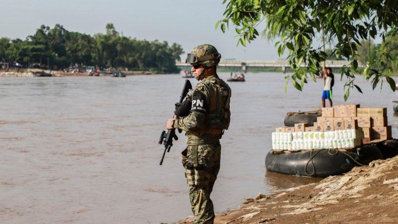 Un oficial de la policía naval patrulla las orillas del río Suchiate en la frontera México-Guatemala en Ciudad Hidalgo, estado de Chiapas, México, el 17 de junio de 2019. (Créditos: QUETZALLI BLANCO/AFP/Getty Images)