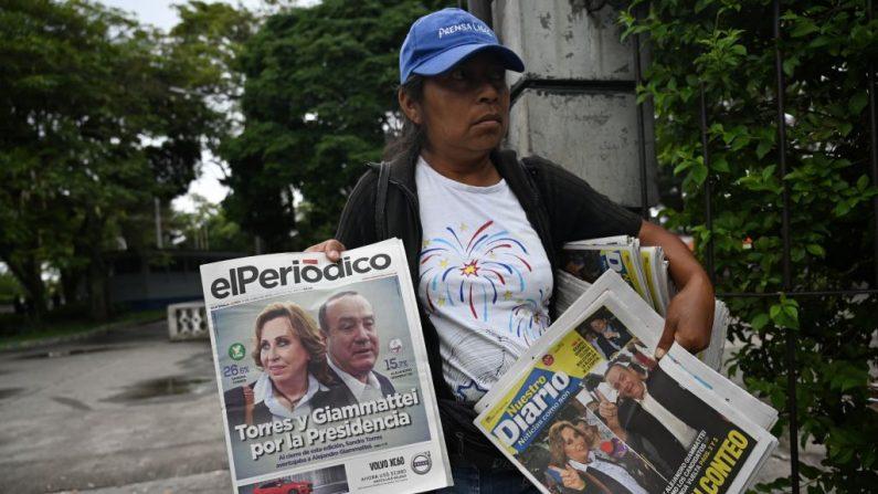 Vendedora ofrece periódicos en la Ciudad de Guatemala el 17 de junio de 2019 un día después de las elecciones generales en Guatemala. (JOHAN ORDONEZ/AFP/Getty Images)