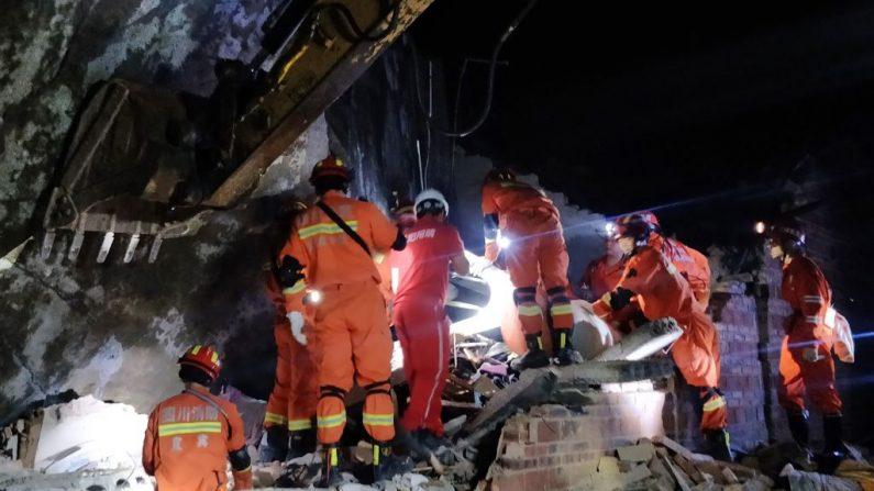 Los rescatistas buscan a los sobrevivientes del terremoto en los escombros de un edificio en Yibin, en la provincia china de Sichuan, en la mañana del 18 de junio de 2019. (STR/AFP/Getty Images)