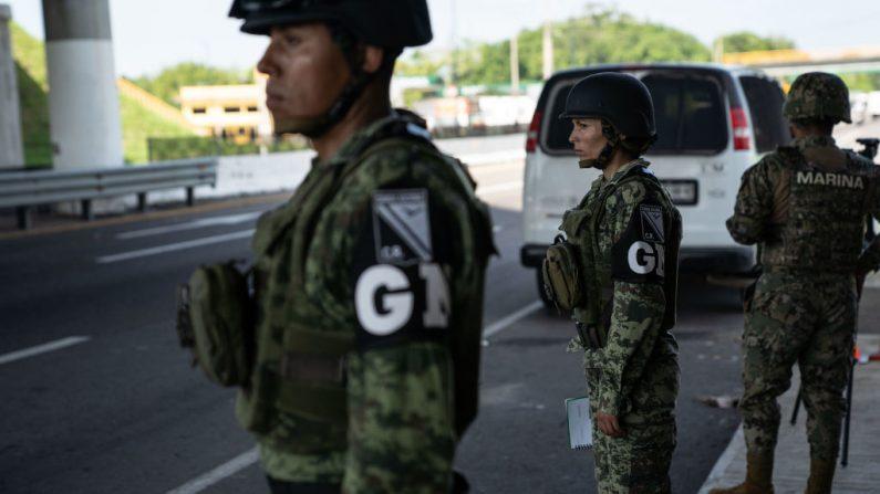 Miembros de la Guardia Nacional en un puesto de control el 18 de junio de 2019 en una carretera en Tuxtla Chico, México. (Toya Sarno Jordan/Getty Images)