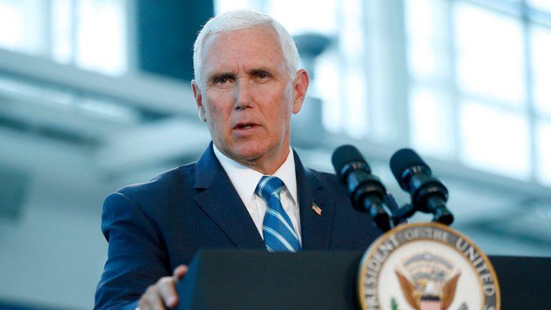 El vicepresidente de Estados Unidos, Mike Pence, se dirige a los medios de comunicación y a los invitados en una conferencia de prensa en el puerto de Miami, el 18 de junio de 2019, para dirigirse al buque del Hospital Naval de Estados Unidos, USNS Comfort. (RHONA WISE/AFP/Getty Images)