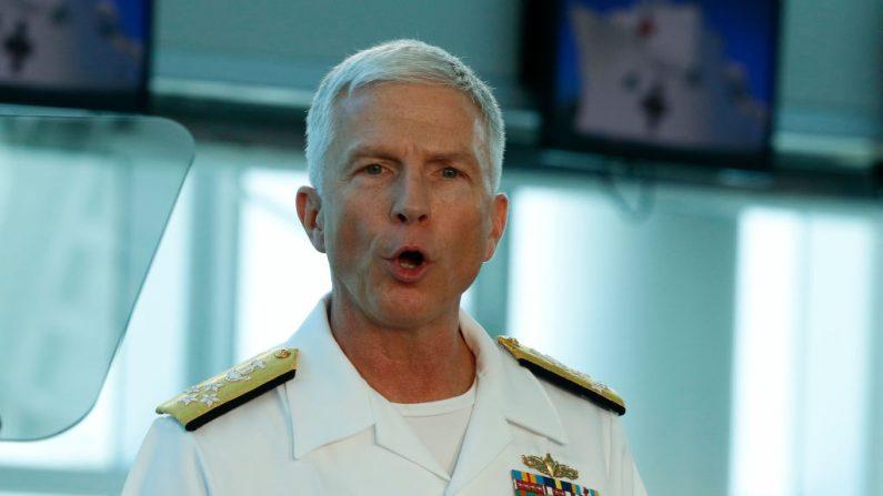 El Almirante de la Marina de Estados Unidos Craig Faller, comandante del Comando Sur de Estados Unidos, habla ante el Vicepresidente de los Estados Unidos, Mike Pence, después de haber visitado el buque hospital USNS Comfort de la Marina de Estados Unidos el 18 de junio de 2019 en Miami, Florida. (Joe Skipper/Getty Images)