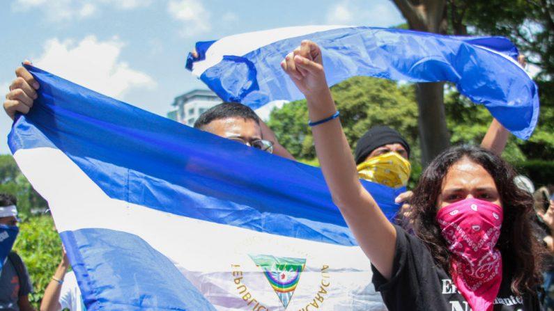 Nicaragüenses participan en una manifestación para pedir la liberación de presos políticos en la Universidad Centroamericana de Managua, el 18 de junio de 2019. (MAYNOR VALENZUELA/AFP/Getty Images)