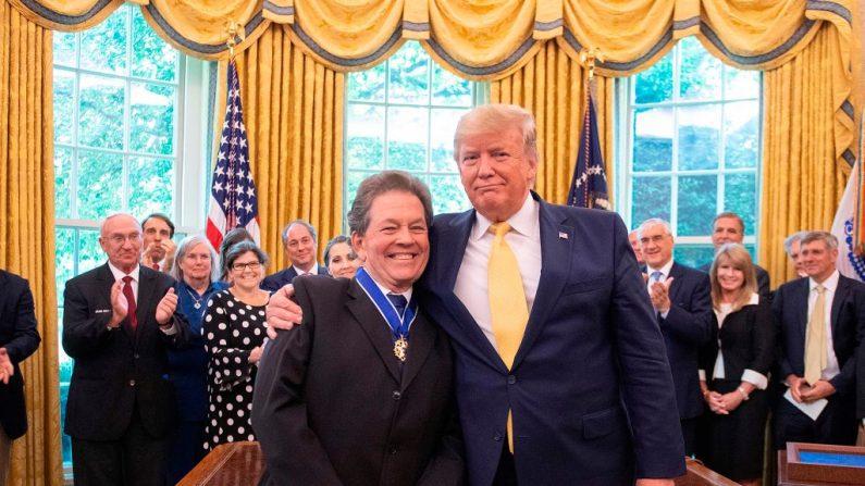 El presidente de Estados Unidos, Donald Trump, entrega la Medalla Presidencial de la Libertad al economista Arthur Laffer en la Casa Blanca en Washington, DC, el 19 de junio de 2019. (JIM WATSON/AFP/Getty Images)