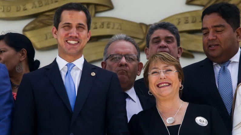 El presidente encargado Juan Guaido (izq.) junto a la Alta Comisionada de la ONU para los Derechos Humanos Michelle Bachelet (der.) en Caracas el 21 de junio de 2019. (CRISTIAN HERNANDEZ/AFP/Getty Images)