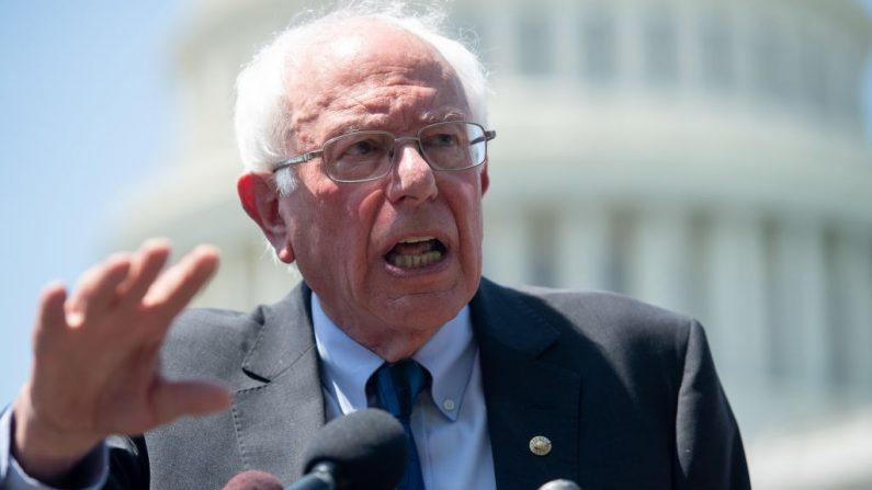 El senador estadounidense Bernie Sanders, habla durante una conferencia de prensa para presentar la legislación de asequibilidad universitaria fuera del Capitolio de Estados Unidos en Washington, DC, el 24 de junio de 2019. (SAUL LOEB/AFP/Getty Images)