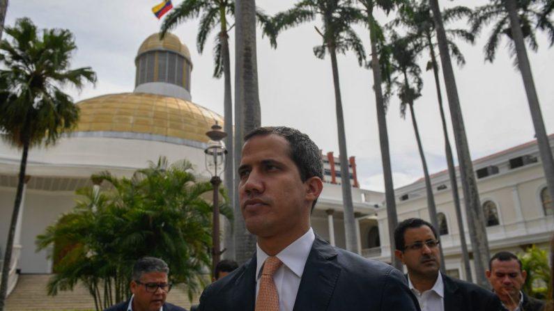 El presidente interino Juan Guaidó llega a una sesión de la Asamblea Nacional de Venezuela en Caracas el 25 de junio de 2019. Imagen de archivo. (FEDERICO PARRA/AFP/Getty Images)