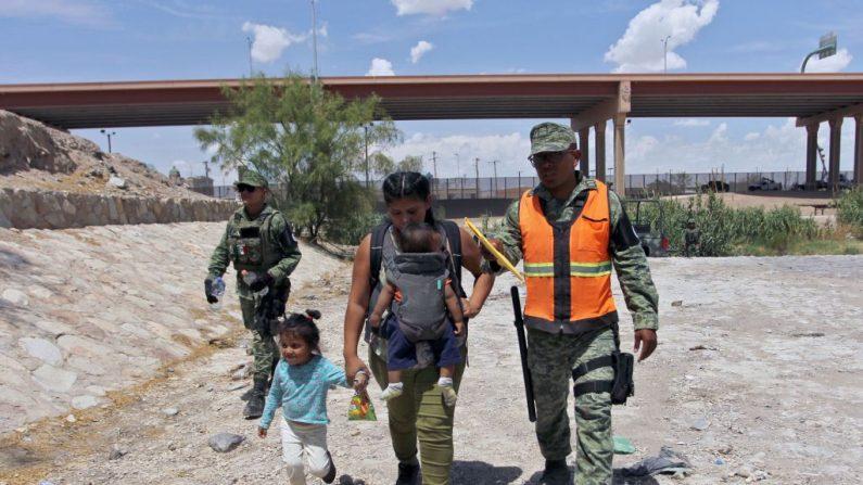 Miembros de la Guardia Nacional Mexicana impiden que migrantes centroamericanos crucen el Río Bravo hacia Estados Unidos, en Ciudad Juárez, Estado de Chihuahua, México, el 26 de junio de 2019. (HERIKA MARTINEZ/AFP/Getty Images)