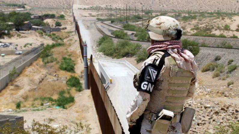Un miembro de la Guardia Nacional de México vigila la frontera con Estados Unidos en el área de Anapra en Ciudad Juárez, Estado de Chihuahua, México, el 26 de junio de 2019. (HERIKA MARTINEZ/AFP/Getty Images)