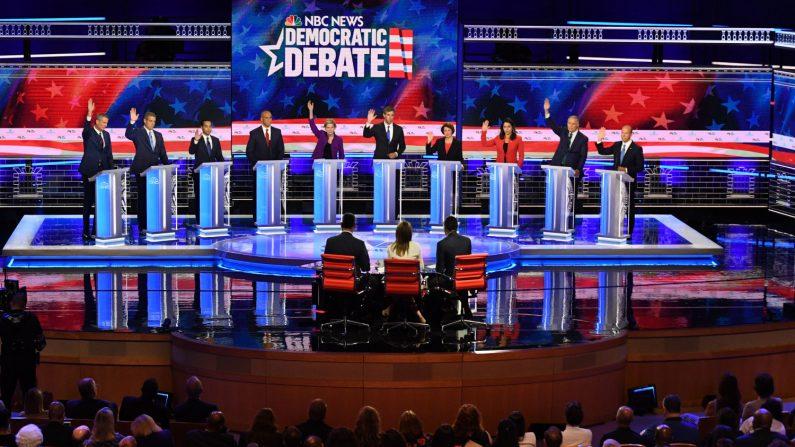 Los aspirantes a la presidencia demócrata (de izquierda) Bill de Blasio, Tim Ryan, Julian Castro, Cory Booker, Elizabeth Warren, Beto O'Rourke, Amy Klobuchar, Tulsi Gabbard, Jay Inslee y John Delaney participan en el primer debate primario demócrata para la presidencia de 2020 organizada por NBC News el 26 de junio de 2019. (Jim Watson/AFP/Getty Images)