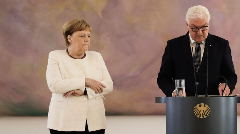 La canciller alemana, Angela Merkel, asiste a una ceremonia donde el nuevo ministro de Justicia del país recibió su certificado de nombramiento por el presidente alemán Frank-Walter Steinmeier en el palacio presidencial de Bellevue en Berlín el 27 de junio de 2019. - Durante la ceremonia, Merkel sufrió un nuevo temblor. , solo una semana después de despertar inquietudes al temblar visiblemente en otra ceremonia oficial. (KAY NIETFELD / AFP / Getty Images)