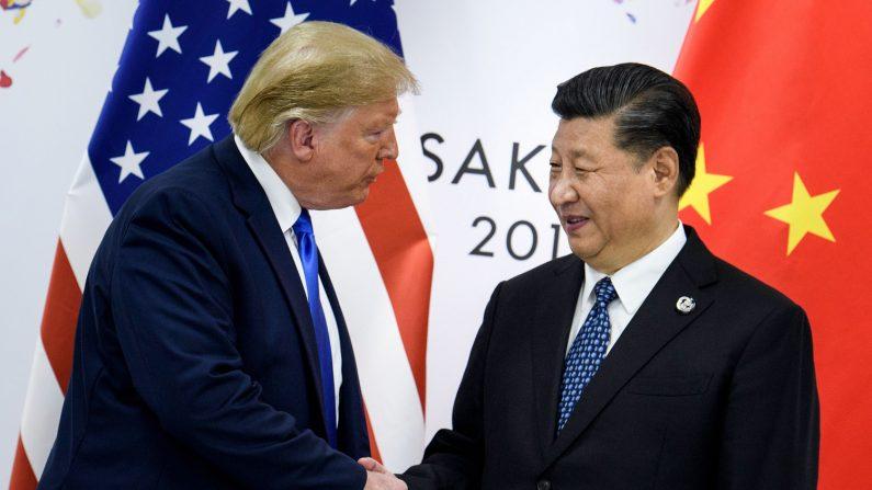 El presidente de China, Xi Jinping (D), le da la mano al presidente de los Estados Unidos, Donald Trump, antes de una reunión bilateral al margen de la Cumbre del G20 en Osaka el 29 de junio de 2019. (BRENDAN SMIALOWSKI/AFP/Getty Images)