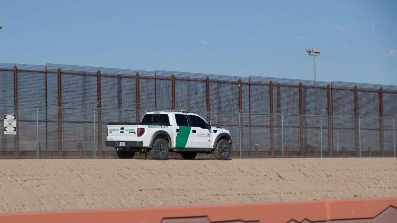 Un vehículo de la Patrulla Fronteriza de Estados Unidos se desplaza a lo largo de la valla fronteriza que separa a Estados Unidos de México el 05 de junio de 2019 en El Paso, Texas. (Joe Raedle/Getty Images)