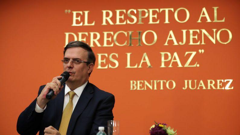 El Secretario de Relaciones Exteriores de México, Marcelo Ebrard, da una conferencia de prensa en la Embajada de México después de conversar con el Vicepresidente de Estados Unidos, Mike Pence, y el Secretario de Estado, Mike Pompeo, el 05 de junio de 2019 en Washington, DC. (Chip Somodevilla/Getty Images)