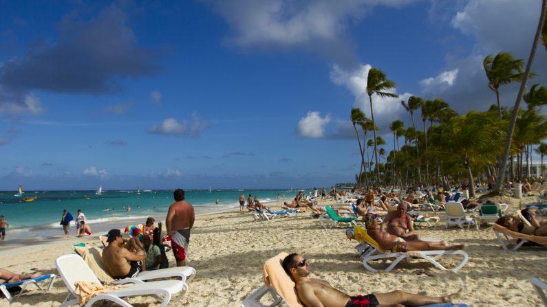 Turistas en una playa en Punta Cana, República Dominicana en una foto de archivo. (Créditos: Erika Santelices/AFP/Getty Images)