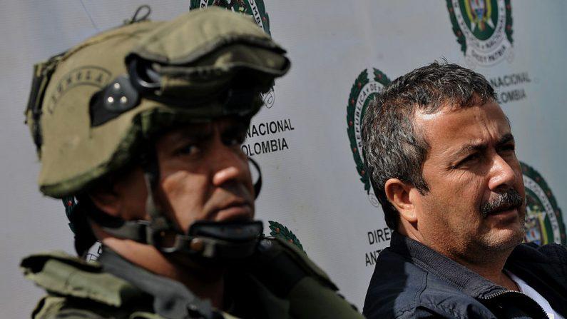 """Policías colombiano escolta a Edison Antonio Peláez, alias """"Mincho"""", supuestamente el sucesor de Javier Antonio Calle Serna, alias """"Comba"""", máximo líder de la banda de narcotraficantes """"Los Rastrojos"""", en Bogotá, el 2 de julio de 2012. (GUILLERMO LEGARIA/AFP/GettyImages)"""