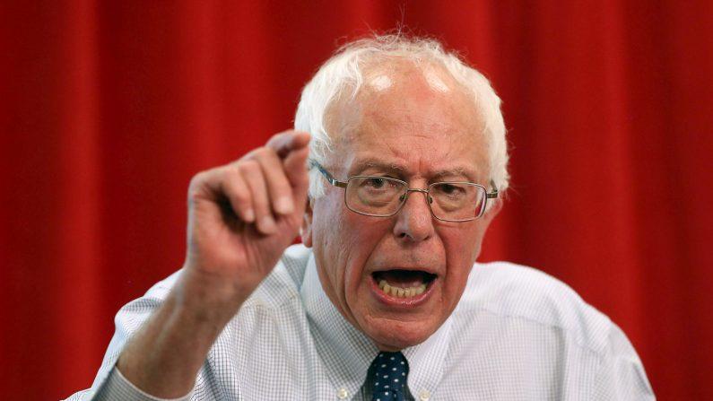 El senador estadounidense Bernie Sanders habla durante una campaña en Oakland, California, el 10 de agosto de 2015. (Justin Sullivan/Getty Images)