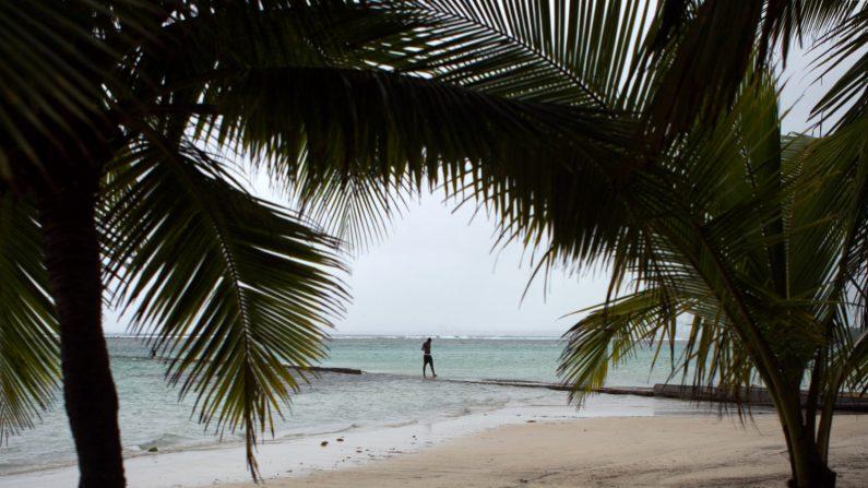 Un hombre en una playa en República Dominicana en una foto de archivo. (Créditos: Erika Santelices/AFP/Getty Images)