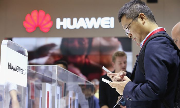 Los visitantes prueban el smartphone Huawei Mate S en el stand de Huawei en la feria IFA 2015 de electrónica de consumo y electrodomésticos en Berlín, Alemania, el 4 de septiembre de 2015. (Sean Gallup/Getty Images)